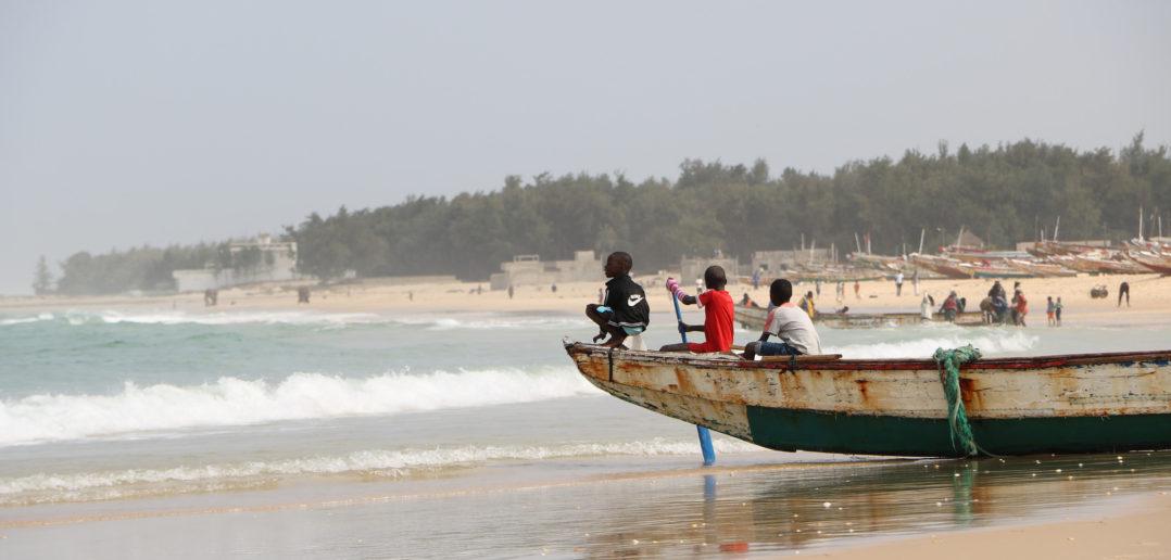 """Des enfants """"jouent aux pêcheurs"""" sur la plage"""