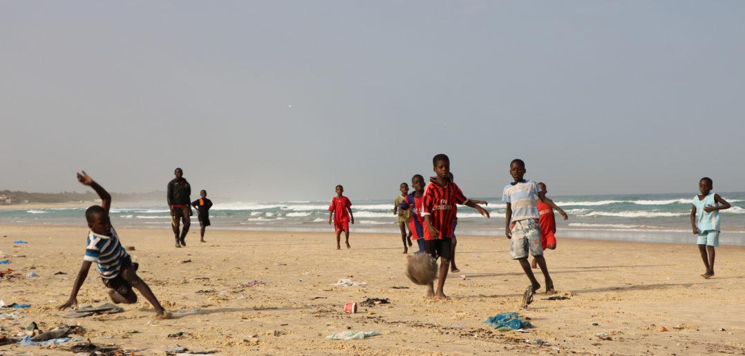 D'autres jouent au football